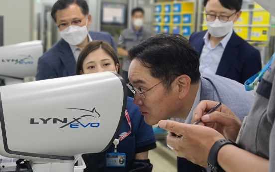 Samsung heir checks on automotive MLCC biz in Busan