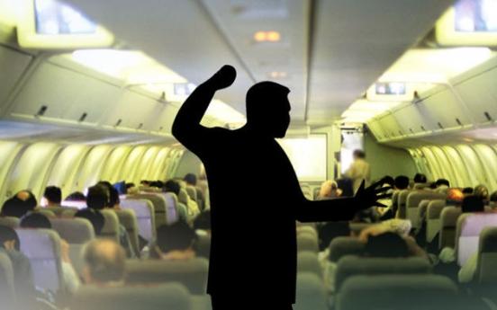 '술 안 준다' 뉴욕발 비행기서 승무원에 침 뱉은 미국인