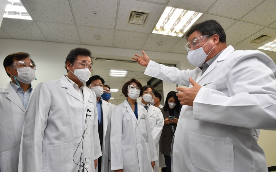 Ruling party chief visits Celltrion developing COVID-19 antibody drug