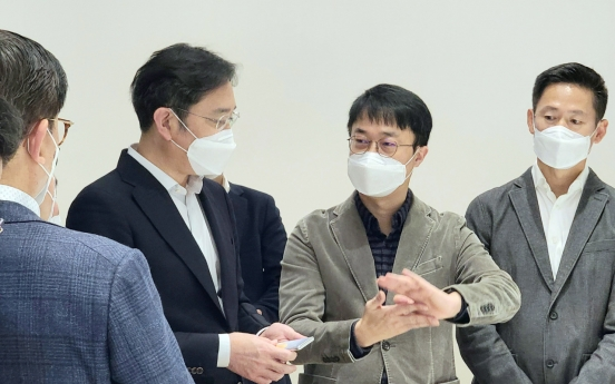 Samsung heir returns to business after father's death, convenes design strategy meeting