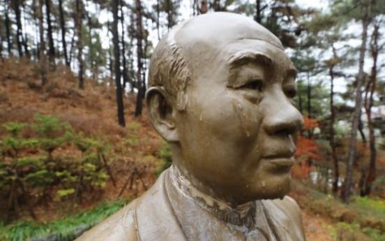 Man apprehended for vandalizing statue of ex-President Chun