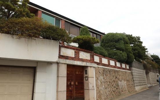 Court keeps Chun Doo-hwan's home off auction block