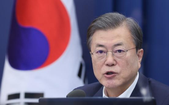 Moon urges civil servants to follow his reform drive despite troubles