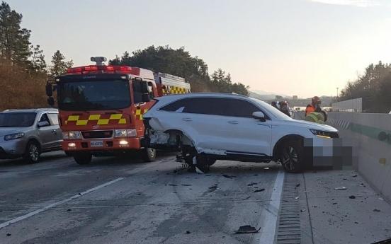 고속도로서 차량에 깔린 운전자…운전자들이 차량 들어 구조
