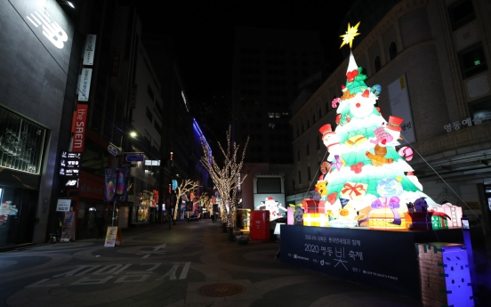 [Photo News] Isolated Christmas holds out in Myeong-dong