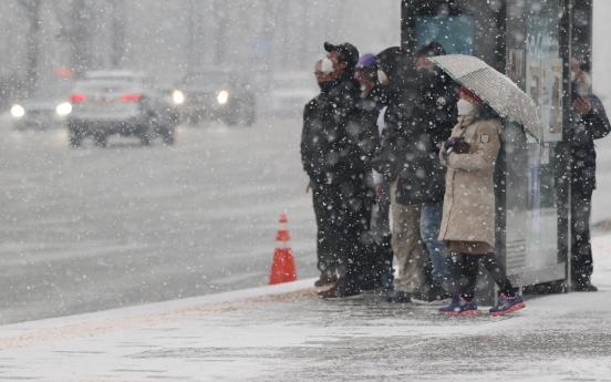 More snow hits S. Korea, threatening rush hour traffic
