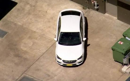차 트렁크 갇힌 호주 여성, 후미등 떼내고 손 내밀어 구조요청