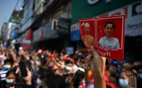 [Newsmaker] Myanmar anti-coup protests grow as army broadens internet crackdown