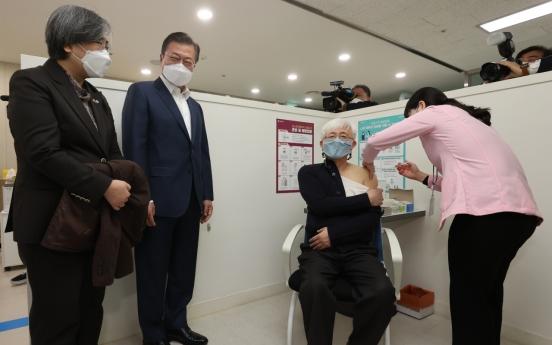 文대통령, 마포구 백신1호 의사 김윤태씨 접종 참관