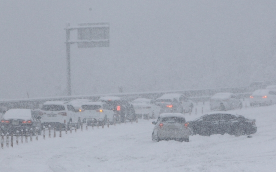 Hundreds of cars trapped on coastal highway amid heavy snow