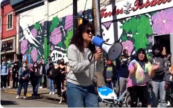 확성기 움켜쥔 샌드라 오…증오범죄 규탄 앞장선 한국계 스타들