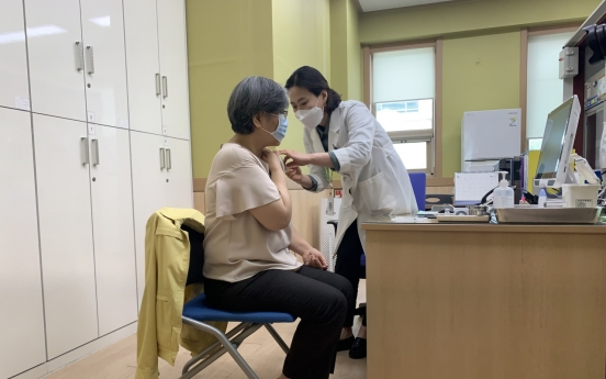 [From the scene] Jeong Eun-kyeong gets AstraZeneca COVID-19 vaccine
