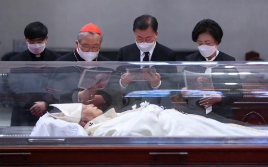 [Newsmaker] Moon pays respect to late cardinal Nicholas Cheong Jin-suk