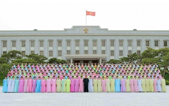 NK leader holds photo session with families of army after attending performance
