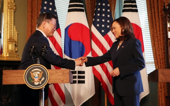 [Newsmaker] Harris under fire for wiping hand after handshake with Moon