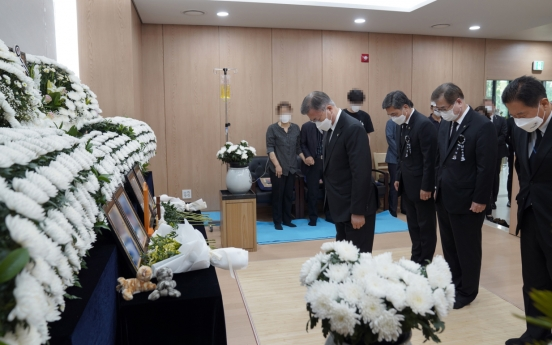 [Newsmaker] Moon visits funeral home of sex assault victim in military