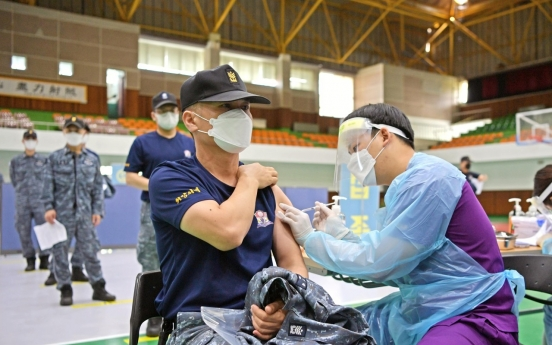 Military begins vaccination campaign for troops under 30