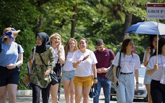 [News Focus] Number of short-term foreign visitors falls to 63-month low