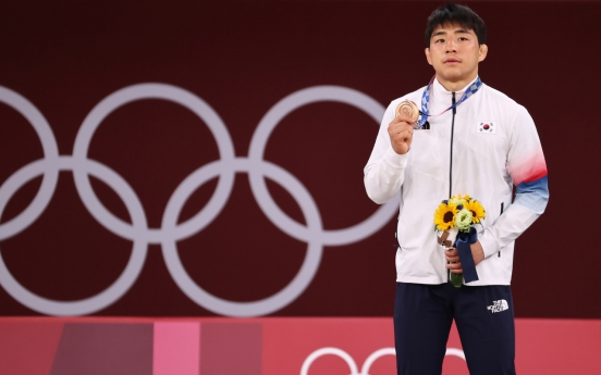 [Tokyo Olympics] Moon praises fighting spirit of Japan-born South Korean judoka