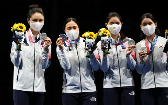 [Tokyo Olympics] Epee fencers shake off individual disappointments to claim team silver