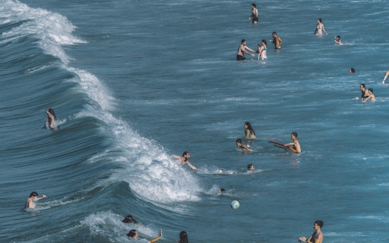 'Holiday Memories,' exhibition of works by Spanish photographer Yosigo, brings beaches to Seoul