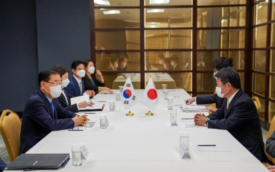 Seoul, Tokyo ministers meet, but remain apart over wartime history