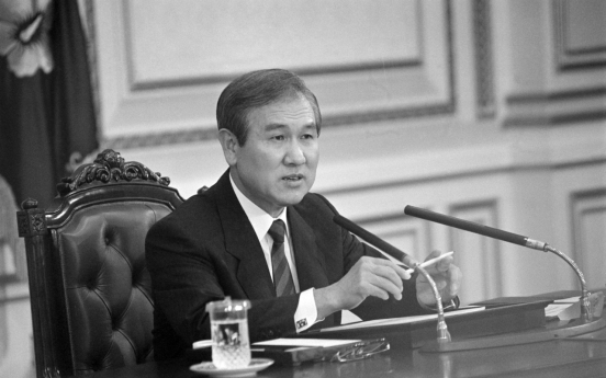Moon's office faces dilemma over state funeral for ex-leader Roh