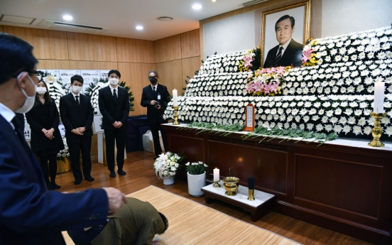 Moon prays for late ex-President Roh while noting 'faults' of coup, bloody crackdown