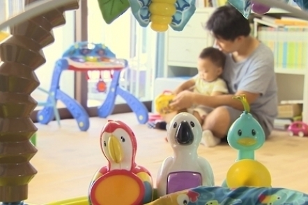 Number of S. Korean stay-at-home fathers hits new high in March