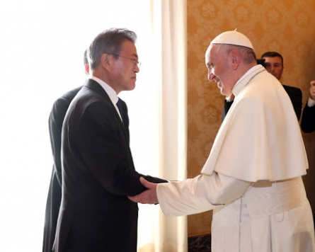 Moon receives Pope Francis' message on Korean peace
