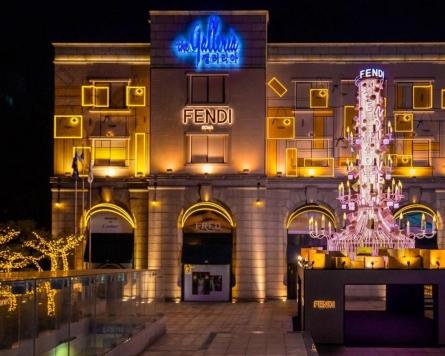[Photo News] Luminous, luxurious Christmas tree