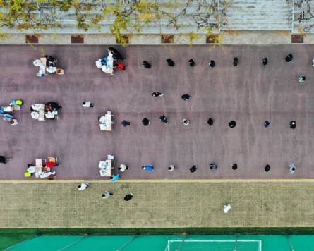 [Photo News] Students in line for COVID-19 testing in Gwangju