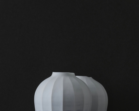 Exhibition presents modern masterpieces of Joseon-era porcelain, headgear