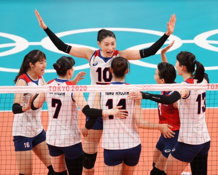 [Newsmaker] [Tokyo Olympics] Moon applauds women's volleyball team for 'touching' Olympic match