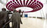 '칼레의 시민'과 만난 연꽃…공존의 세계 열다