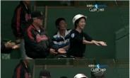 롯데 강민호 배트걸 하이파이브 '화제'…감독도 제치게 한 미모 '관심집중'