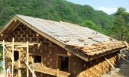 [박인호의 전원별곡] '힐링 하우스' 신한옥 <10> 기둥과 보,벽체와 지붕 만들기