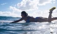 서핑에 빠진 엄정화 '세월 거스른 몸매'