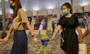 [홍콩은 지금] 손 잡은 청개구리 vs. 발에 밟힌 시진핑...中건국절 맞은 홍콩의 저항