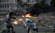 """홍콩 주둔 중국군 총검 장착 포착…警 """"언론인 이공대 떠나라"""""""