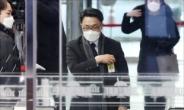 [헤럴드pic] 출입증을 만지는 김진욱 초대 고위공직자범죄수사처 처장 후보자