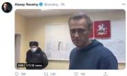 """귀국 즉시 구금된 '푸틴 정적' 나발니 """"거리로 나가 저항하라"""""""