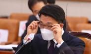 [헤럴드pic] 안경을 고쳐쓰는 김진욱 후보자