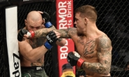 맥그리거 침몰 대이변…UFC 257 포이리에 2회 TKO승