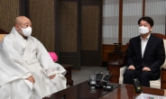 [헤럴드pic] 조계사 총무원장 원행스님과 환담을 나누는 안철수 국민의당 대표