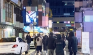"""[르포] 밤 10시 붐비는 거리, '예약' 택시, 그리고 화난 상인 """"자영업자 달래기용""""[촉!]"""