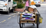 [Feature] Why do old people pick up cardboard in Seoul?