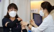 화이자 백신 접종 시작…'1호 접종자'는 코로나19 병동 미화원