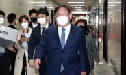 [헤럴드pic] 이동하는 더불어민주당 김태년 당 대표 권한대행