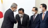[헤럴드pic] 당직자와 인사하는 김종인 국민의힘 비대위원장
